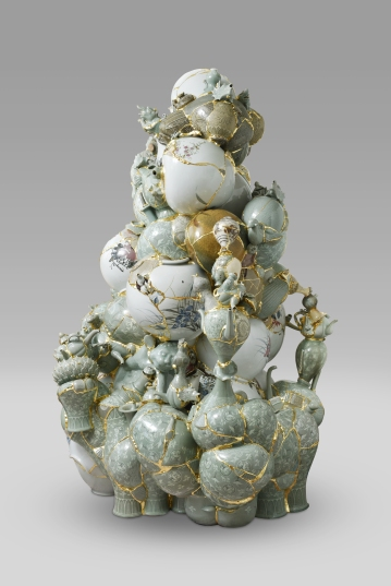 이수경_번역된 도자기 2016 TVWG 1_Translated Vase 2016 TVWG 1_Ceramic shards, epoxy, 24K gold leaf_174(h) x 128 x 120cm_2016