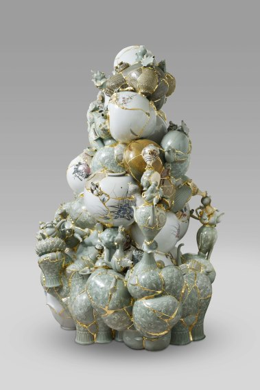 이수경_번역된 도자기 2016 TVWG 1_Translated Vase 2016 TVWG 1_Ceramic shards, epoxy, 24K gold leaf_174(h) x 128 x 120cm_2016.jpg