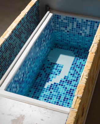 강희정_욕조 Bathtub-3_2011-2017_Desk, polyurethane foam, glass mosaic tiles, water_Dimensions variable (1)